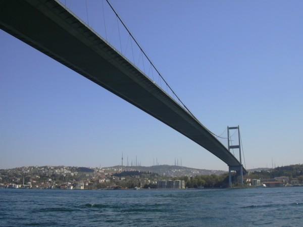 Los dos angostos puentes que unen Europa y Asia causan grandes embotellamientos de tráfico cada día