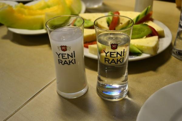 Raki, el licor anisado que beben los turcos. A la izquierda, rebajado con agua. A la derecha, puro. ¡Fuertísimo!