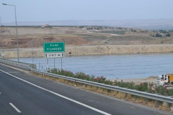 Cartel del viaducto sobre el Éufrates, la bienvenida al Medio Oriente turco