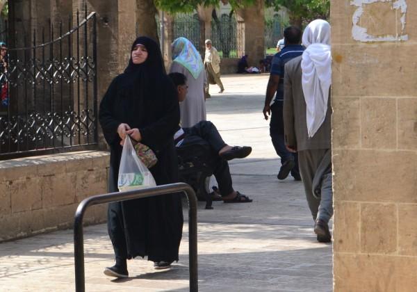 Una mujer musulmana con la vestimenta típica, en SanliUrfa
