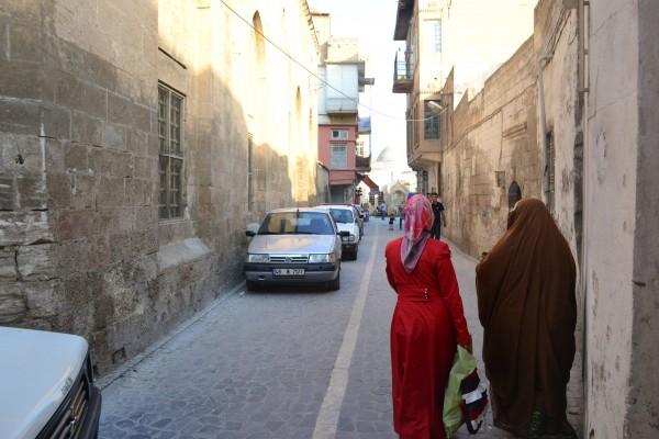 Mujeres caminando por las callejuelas de SanliUrfa