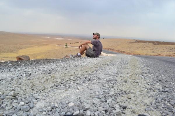 Unos minutos de descanso en la subida a Gobekli Tepe