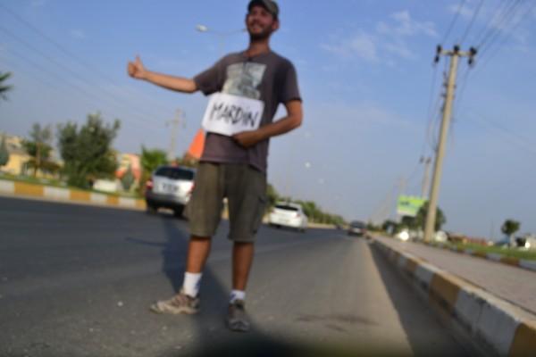 Haciendo dedo hacia Mardin... (las medias desparejas eran un fiel retrato de mi estado!)