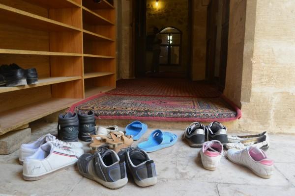 Ingreso a una de las medrazas de Mardin, donde se requiere descalzarse previamente