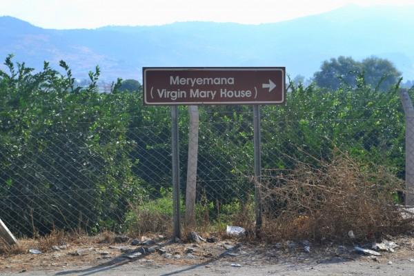 Cartel indicando el camino a la Casa de la Virgen Maria, a 7km cuesta arriba desde Efeso