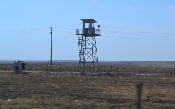 Las torres de vigilancia turcas custodian la frontera con Siria