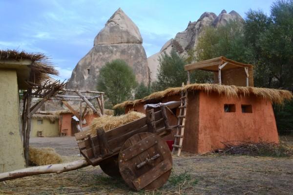 Pueblos estilo Edad de Piedra en el Valle de las Palomas