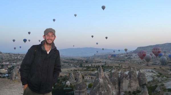Globos aerostáticos creando un fabuloso paisaje en el alba de Cappadocia