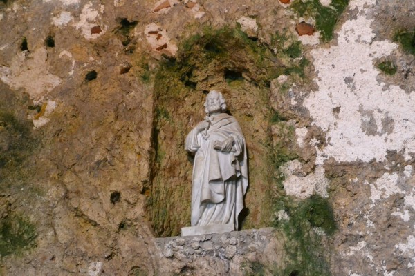 Estatua de San Pedro, dentro de la gruta donde supuestamente daba misas