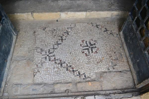 Antiguo mosaico en la Gruta de San Pedro