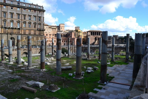 Columnas del foro de Trajano, con el mercado del mismo emperador, al fondo