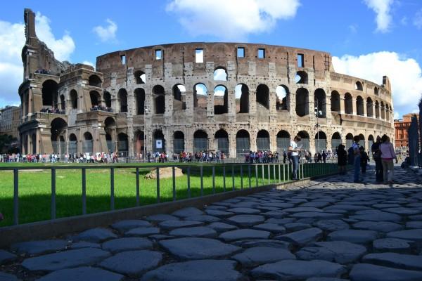 Vista trasera del Coliseo, con una calzada romana en primer plano