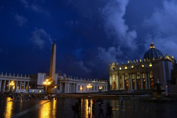 Piazza San Pietro, iluminada en una noche lluviosa