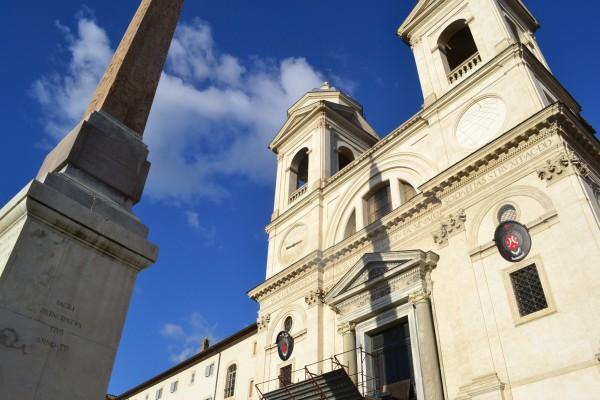 Iglesia de la Trinidad del Monte, sobre las escalinatas de Piazza Spagna