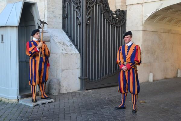 La Guardia Suiza y sus coloridos trajes