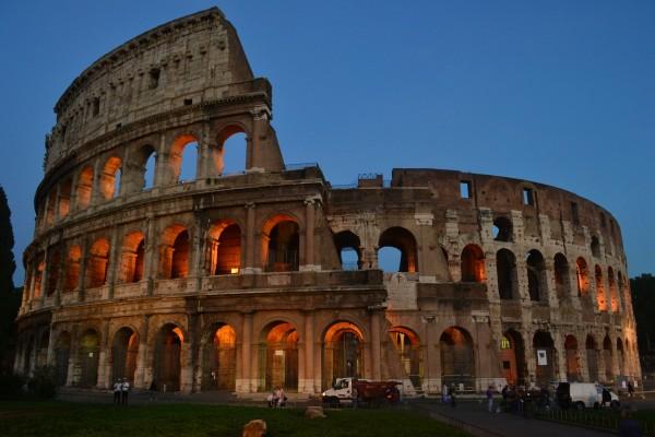 El Coliseo, iluminado de noche
