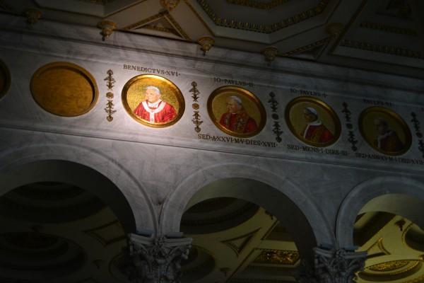 Imagenes de todos los papas (¡Aquí falta Francisco, ya que está foto la tomé antes!) en San Pablo Extramuros