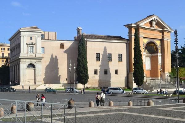Iglesia de San Salvador, con la Scala Santa, frente a la archibasílica