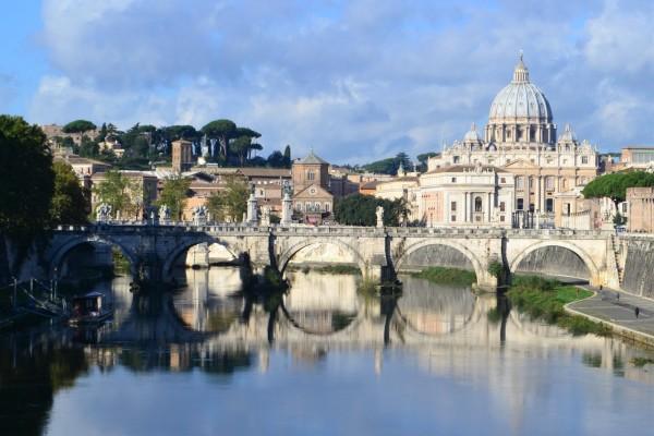 El Río Tíber a su paso por Roma. De fondo, la Basílica de San Pedro
