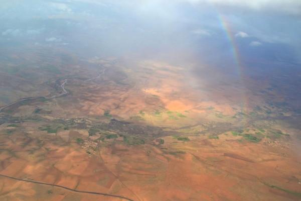 La colorida tierra de Marruecos, desde el avión, con el regalito de un lindo arcoiris
