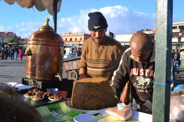 Unos vendedores de delicias dulces en Djemaa el Fna
