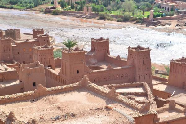 Las típicas kasbahs de Ait Benhaddou, fortalezas reconocibles por las torres en sus cuatro esquinas