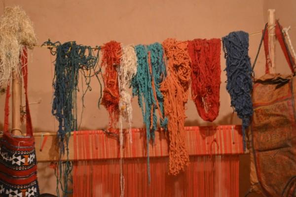 Hilos pigmentados en exhibición en el taller de tejidos bereber