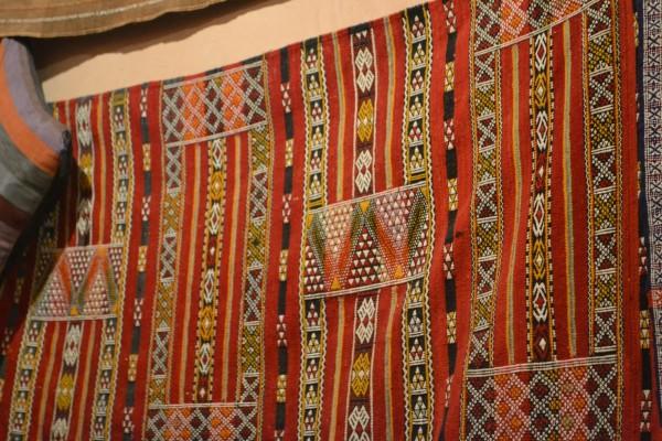 Tejidos en exhibición en el taller bereber de Tinghir