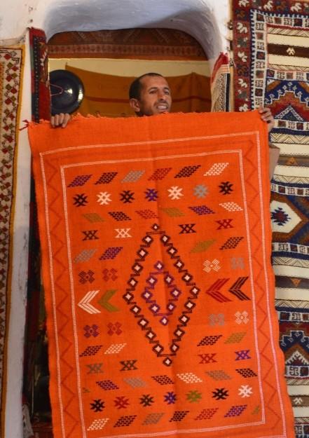 El dueño del taller bereber nos enseña una de las tantas alfombras que a todos nos gustó pero que nadie compró