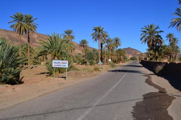 Otro paisaje rutero del sur de Marruecos, a la salida del pueblo de Alnif, última parada antes de llegar al Sahara