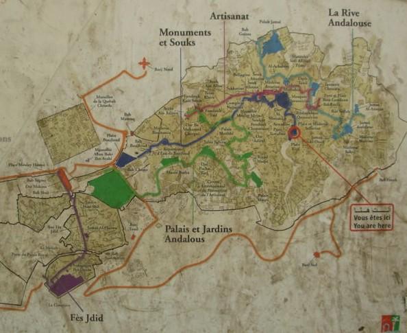 Mapa de Fez con los recorridos típicos (estos carteles están por toda la medina)