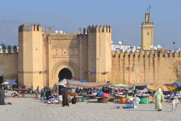 Plaza Boujloud con la imponente Bab Chorfa, puerta de ingreso a la kasbah de la medina