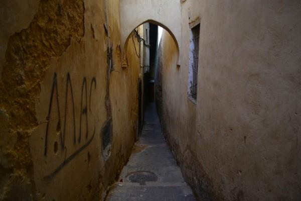 Así de estrechos son algunos de los callejones de la medina