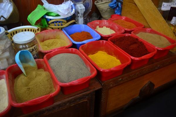 ¡Nos encantan las tiendas que venden especias de colores!