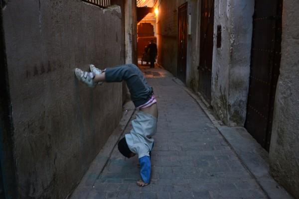 Un niño nos muestra sus habilidades, aunque nadie le había pedido nada