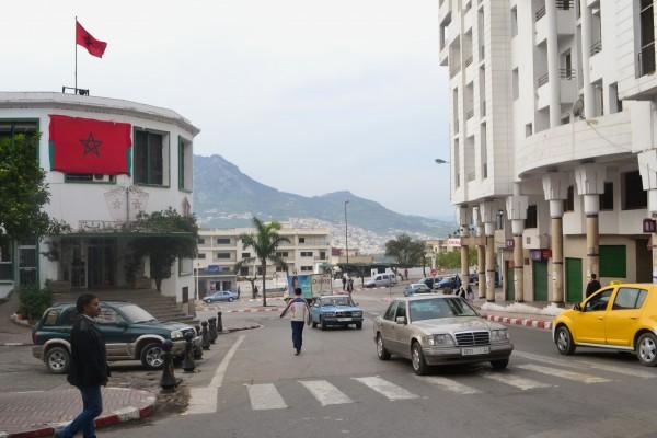 Un paisaje típico de las ciudades modernas marroquíes, fuera de las medinas. Aquí, Tetouan