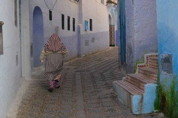 Un hombre en djellaba caminando por la medina de Chauen