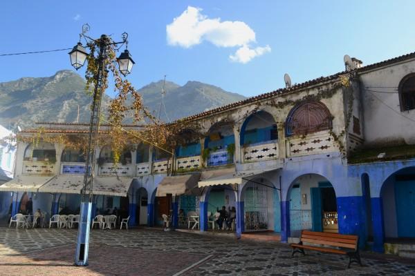 Una plaza interior de Chauen, también con sus soportales decorados en azul