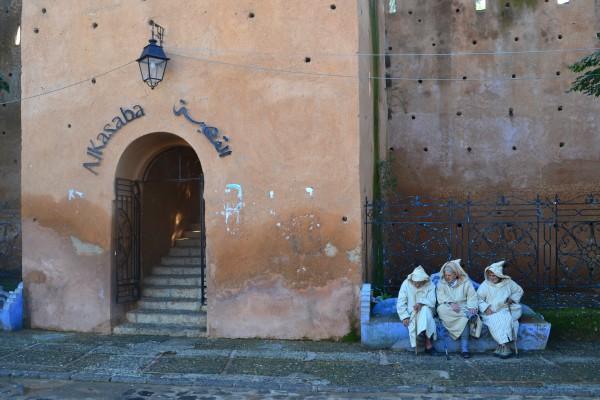 Tres locales conversando en la puerta de la kasbah, en la Plaza Uta el Hammam
