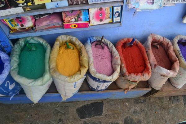 ¡Nos encantan las bolsas con pigmentos que distinguen a los zocos marroquíes!