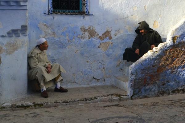 Otros dos hombres dialogan en los umbrales de sus de casas en Chauen