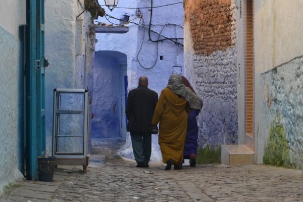 Familia de locales caminando por la medina...