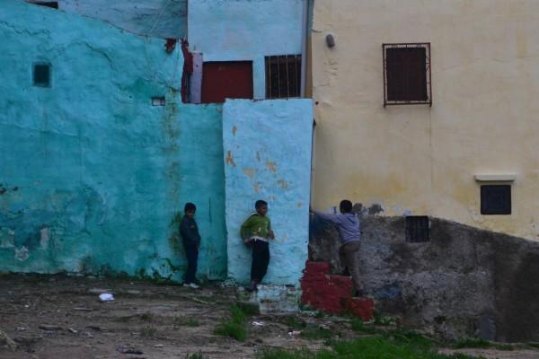 Niños jugando en la medina de Tánger. ¡Piedra libre al de la izquierda!