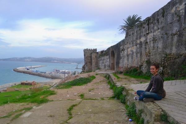 Janire contemplando el Estrecho de Gibraltar, desde la ruinosa muralla de la medina