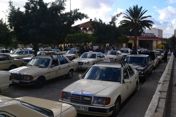 Decenas de taxis iguales como estos esperan en las terminales de autobuses o fronteras marroquíes