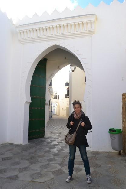 Janire posa frente a una arcada árabe en Assilah