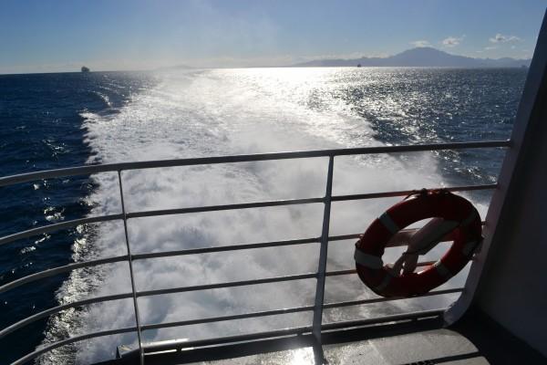 En el barco dejando África atrás, cruzando el Estrecho con destino a España