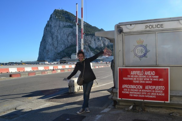 Janire con el letrero de anuncio de ingreso a través del aeropuerto de Gibraltar!
