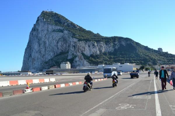 El peñón de Gibraltar, al cuál se accede a través de un aeropuerto!