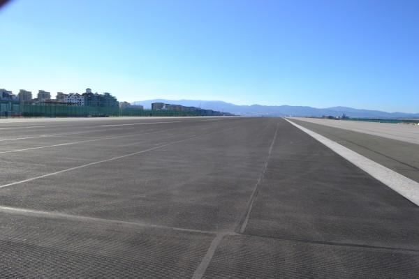 El aeropuerto transversal en Gibraltar, el cuál se cruza caminando para ingresar al peñón